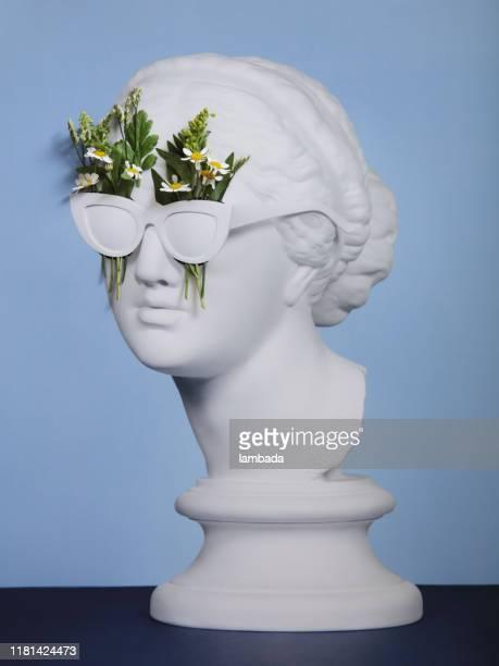 collage floral avec la déesse grecque utilisant des lunettes de soleil - printemps humour photos et images de collection