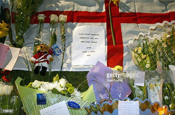 Floral tributes begin to be laid at the announcement of the Queen Mother's death March 30 2002 outside Buckingham Palace in London The 101 year old...
