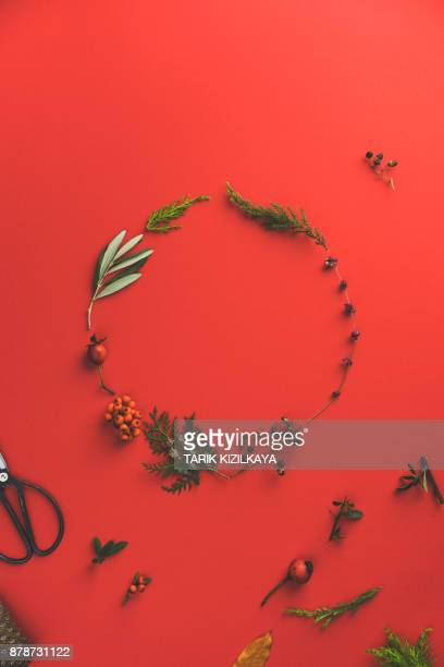 Bloemen krans op rode achtergrond