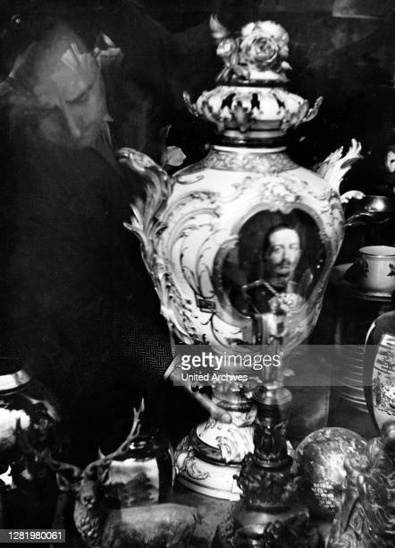 """, Florence, antique, vase, art, German emperor, William II, history, historical, 1950s Italy - The """"gem"""" in the window of the art dealer: a floor..."""