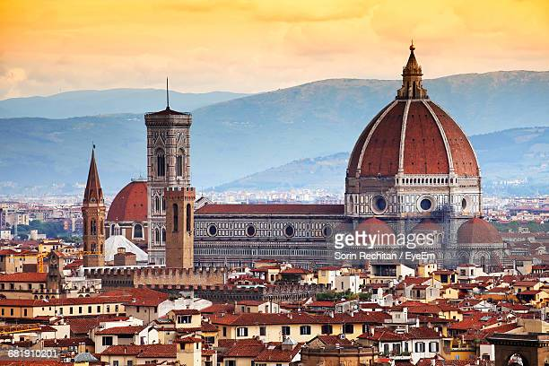 florence basilica surrounded by old residential buildings - domo - fotografias e filmes do acervo