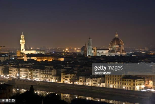 は、フィレンツェのアルノ川の夜
