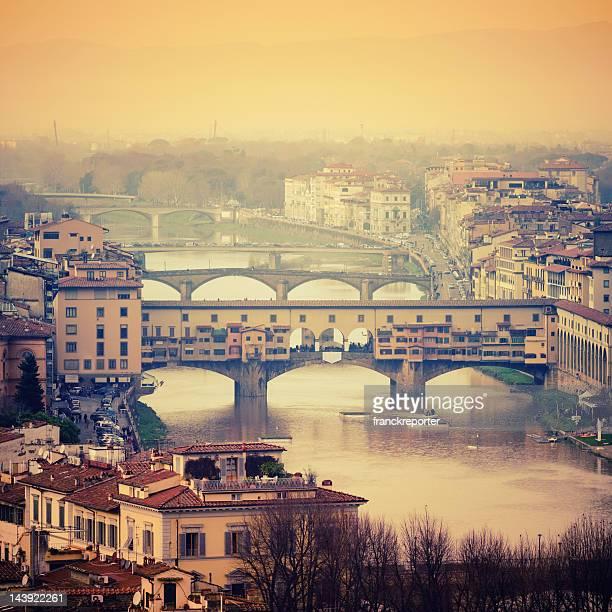 フィレンツェの街並みとアルノ川沿いで、Ponte Vecchio