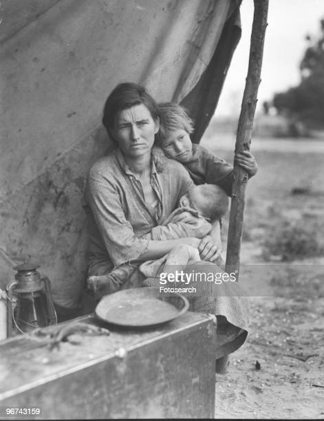 Florence Thompson , holding her child, photographed by Dorothea Lange, at a temporary camp in California, USA, March 1936. .