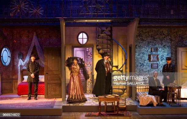 Florence Viala Bruno Raffaelli et Michel Vuillermoz lors de l'interprétation de L'Hôtel du LibreÉchange de Georges Feydeau par la troupe de la...