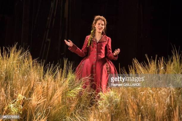 Florence Viala de la troupe de la ComédieFrançaise interprète dans la salle Richelieu la pièce de théâtre Le PetitMaître corrigé de Marivaux mise en...