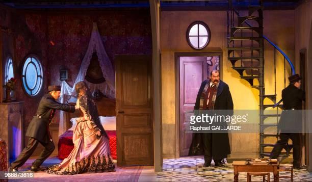 Florence Viala et Bruno Raffaelli lors de l'interprétation de L'Hôtel du LibreÉchange de Georges Feydeau par la troupe de la ComédieFrançaise à la...