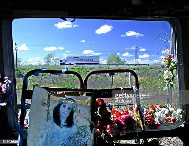 Flores y fotos de Gilda fueron colocados por devotos en el interior de un transporte de pasajeros en el cual murio la cantante que se encuentra cerca...