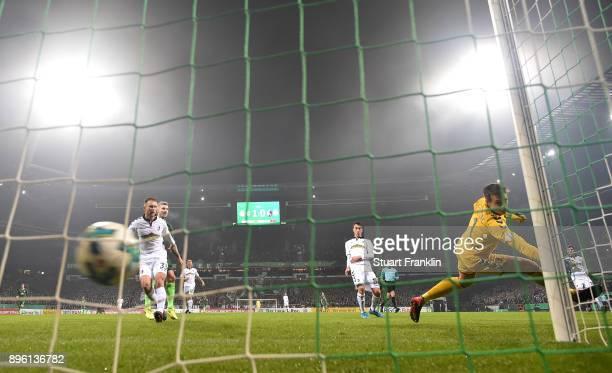 Florian Kainz of Bremen scores his goal during the DFB Cup match between Werder Bremen and SC Freiburg at Weserstadion on December 20 2017 in Bremen...