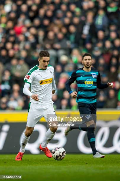 Florian Neuhaus of Borussia Moenchengladbach controls the ball during the Bundesliga match between Borussia Moenchengladbach and Hertha BSC at...