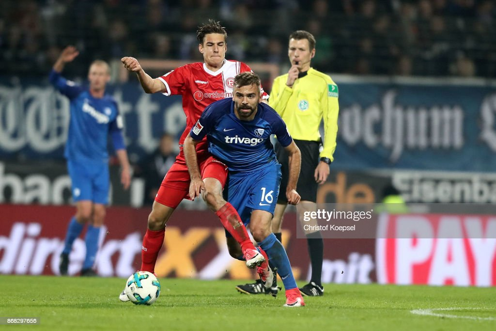 Florian Neuhaus of Duesseldorf (L) challenges Lukas Hinterseer of Bochum (R) during the Second Bundesliga match between VfL Bochum 1848 and Fortuna Duesseldorf at Vonovia Ruhrstadion on October 30, 2017 in Bochum, Germany.