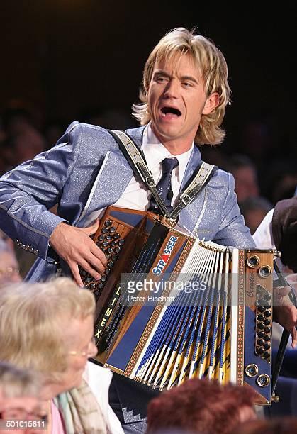 Florian Silbereisen ARDMusikshow vom MDR 'Herbstfest der Volksmusik' Chemnitz Sachsen Deutschland Europa 'Stadthalle' Bühne Auftritt singen Akkordeon...