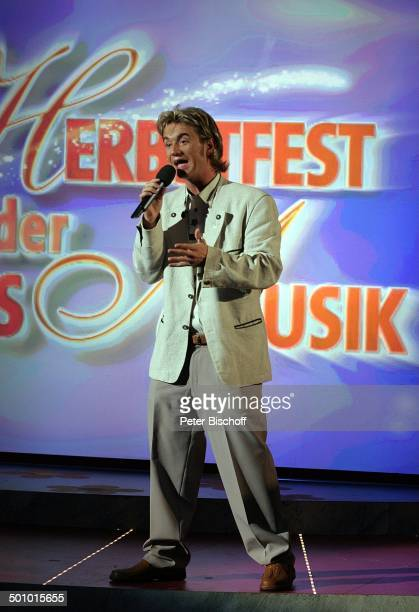 Florian Silbereisen ARDMusikshow vom MDR 'Herbstfest der Volksmusik' Chemnitz Sachsen Deutschland Europa 'Stadthalle' Bühne Auftritt Mirkofon...
