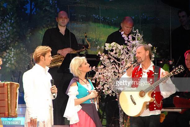 Florian Silbereisen Bianca App Uwe Erhardt im Hintergrund SamstagabendshowTVOrchester Tournee Das Frühlingsfest der Volksmusik BremenArena Halle 7...