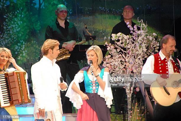 Florian Silbereisen Carla Scheithe Bianca App Uwe Erhardt im Hintergrund SamstagabendshowTVOrchester Tournee Das Frühlingsfest der Volksmusik...