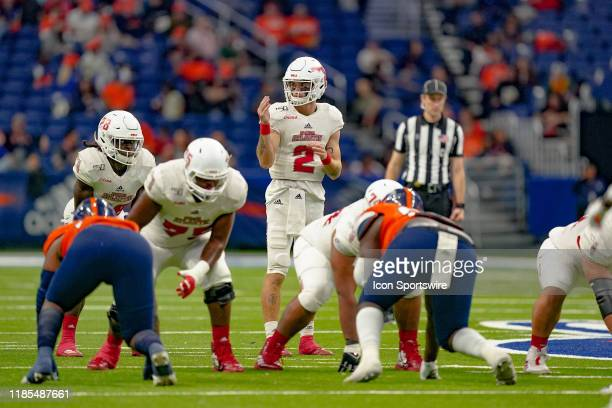 Florida Atlantic Owls quarterback Chris Robison gets ready for a play during the game between the Florida Atlantic Owls and the UTSA Roadrunners on...
