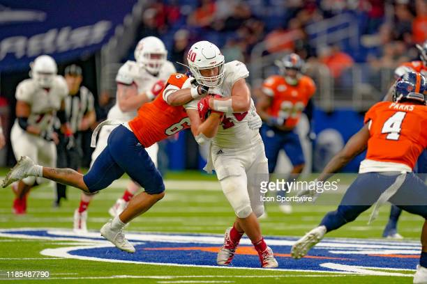 Florida Atlantic Owls tight end Harrison Bryant runs through a tackle during the game between the Florida Atlantic Owls and the UTSA Roadrunners on...