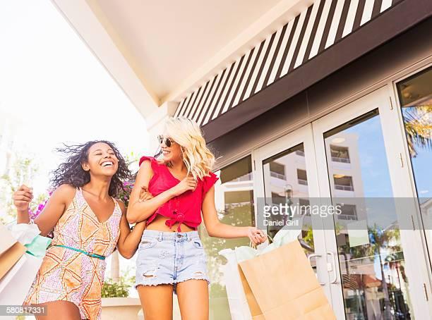 usa, florida, jupiter, female friends shopping - フロリダ州 ジュピター ストックフォトと画像