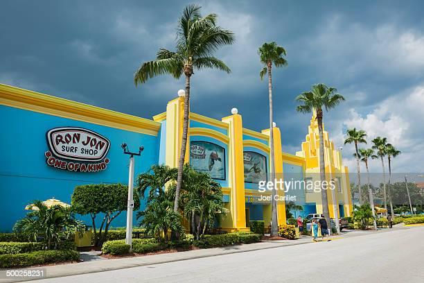 florida landmark - ron jon surf shop - cocoa beach stock pictures, royalty-free photos & images