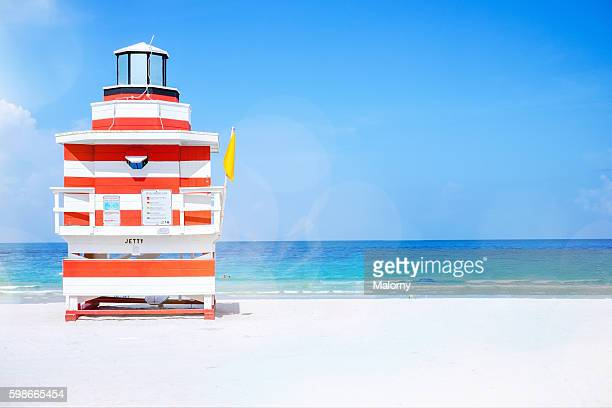 usa, florida, miami beach. lifeguard tower on beach with yellow flag - bahía fotografías e imágenes de stock