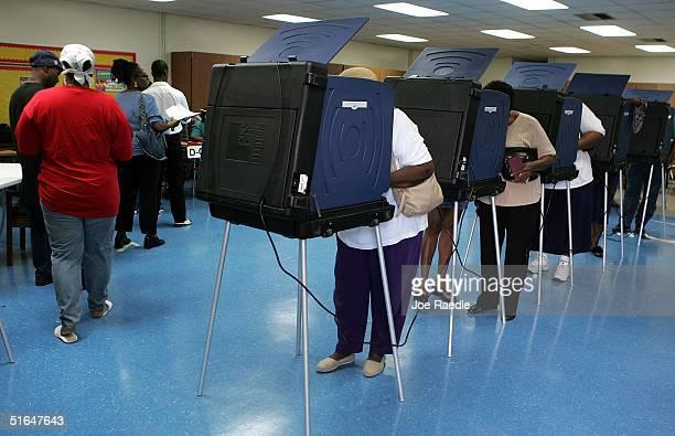 florida voters go to the polls - joe raedle foto e immagini stock