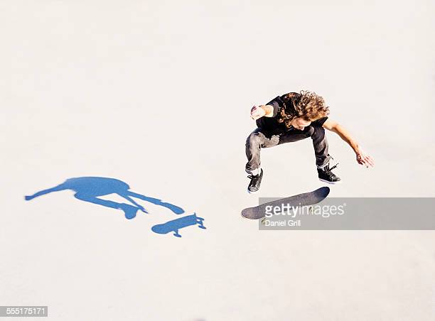 USA, Florida, West Palm Beach, Man jumping on skateboard in skatepark