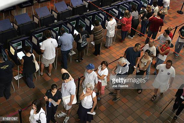 floridians go to the polls for early voting - joe raedle foto e immagini stock