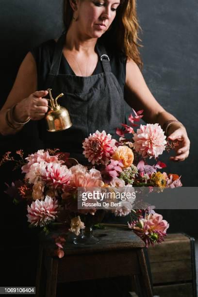 florist arranging flowers - composizione di fiori foto e immagini stock