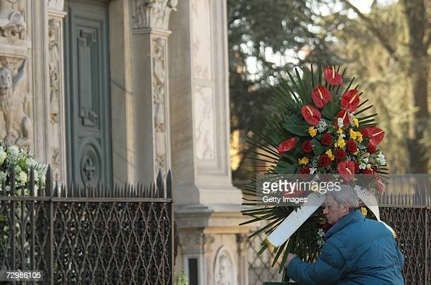 A florist arrives with flowers at the funeral of former Italian director Carlo Ponti at San Martin church on January 12 2007 in Magenta Italy Italian...