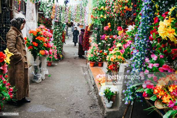 florist at jayma bazaar - osh stock pictures, royalty-free photos & images