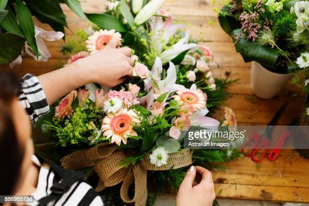 florist making flower bouquet - composizione di fiori foto e immagini stock