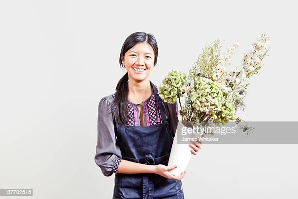 florist - cola de caballo cabello recogido fotografías e imágenes de stock