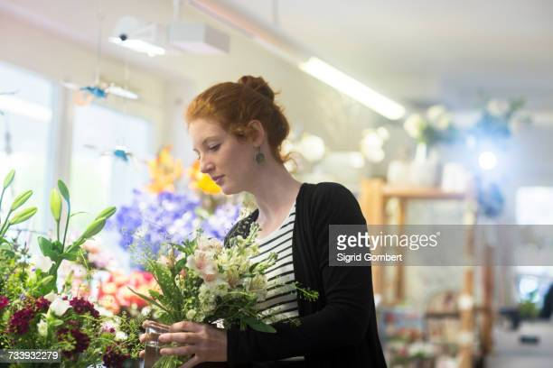 florist selecting flowers in shop - sigrid gombert fotografías e imágenes de stock