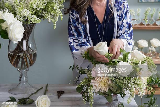 florista trabalhando em sua loja - arranjar - fotografias e filmes do acervo