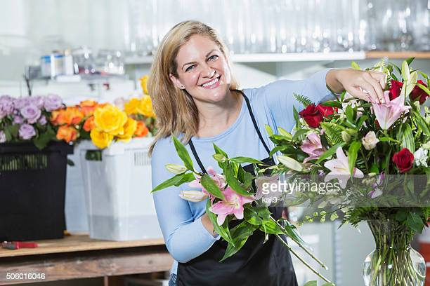 florist working on flower arrangements - kali rose stock pictures, royalty-free photos & images