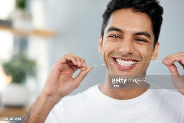 flossing für gesündere zähne - zahnpflege stock-fotos und bilder