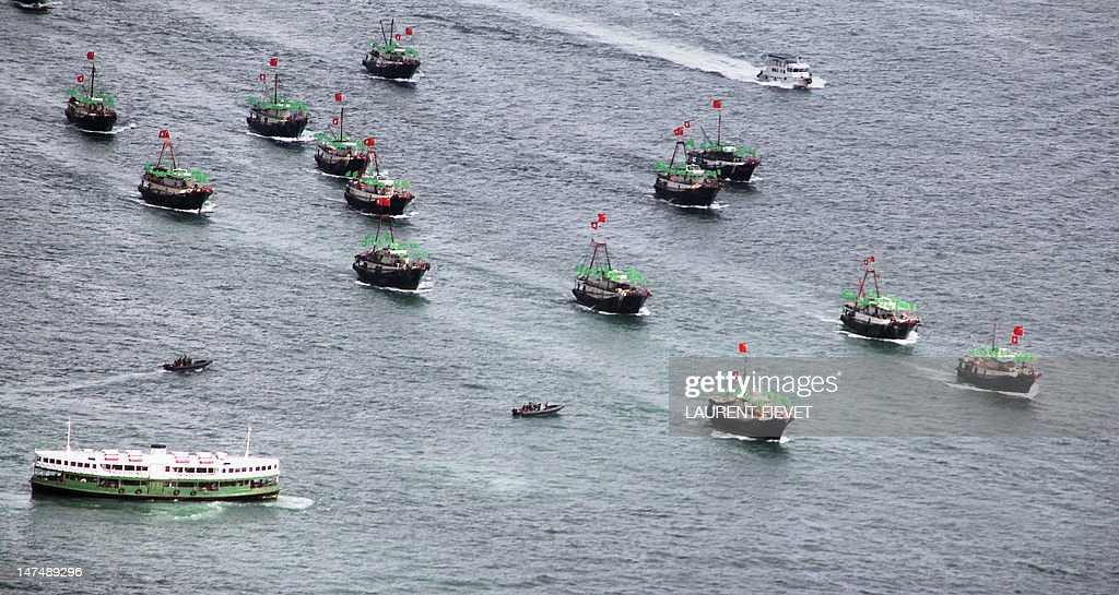 A flotilla of fishing boat bearing both  : ニュース写真