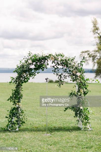 flower arch for wedding ceremony - 建築上の特徴 アーチ ストックフォトと画像