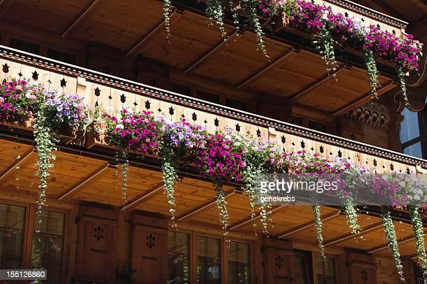 Blumenarrangements auf dem Balkon eines Schweizer Chalet