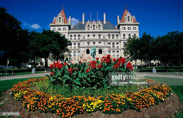 flower bed in front of new york state capitol - ニューヨーク州庁舎 ストックフォトと画像