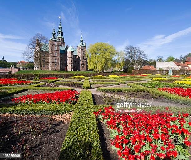 Cama con flores frente a Rosenborg castillo