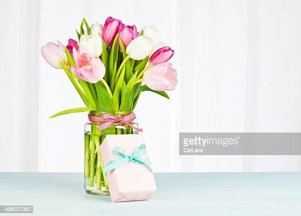 Blumenstrauß und ein Geschenk-Horizontal
