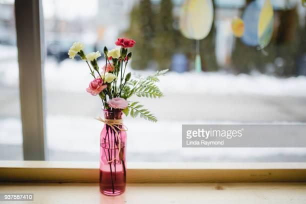 flower bouquet on a table - café bar gebouw stockfoto's en -beelden