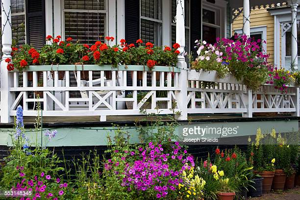 flower filled porch - georgia stati uniti meridionali foto e immagini stock