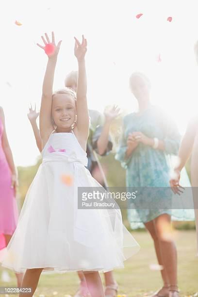 Fille regardant une fleur bouquet de réception de mariage