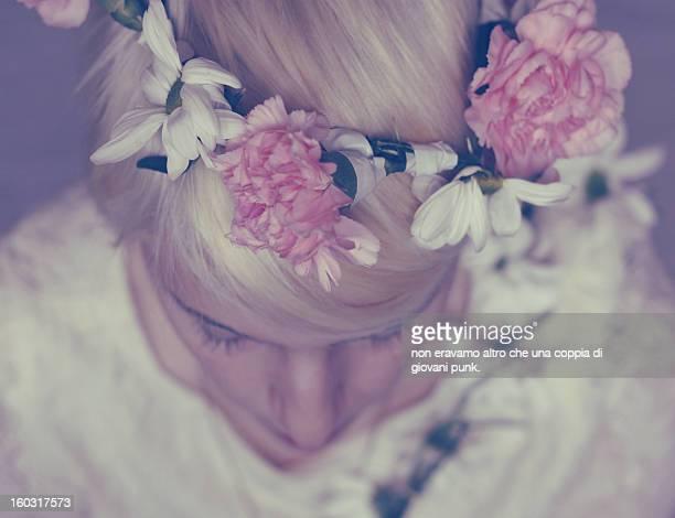 flower girl - frische stockfoto's en -beelden