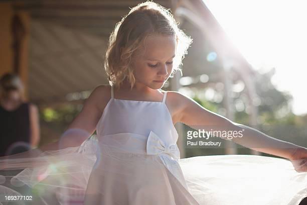 flower girl with arms outstretched - goed gekleed stockfoto's en -beelden