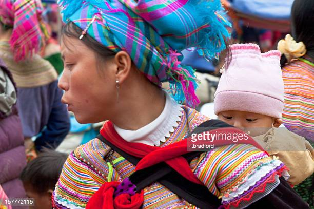 flor hmong mulher no mercado no vietnã pode cau - tribo asiática - fotografias e filmes do acervo