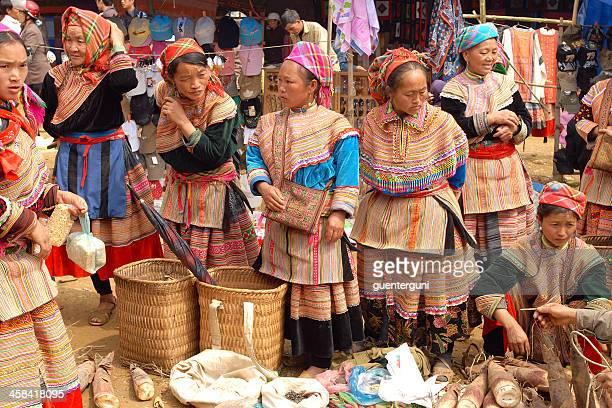 フラワー hmong 伝統的なドレスで女性の市場、ベトナム - ミャオ族 ストックフォトと画像