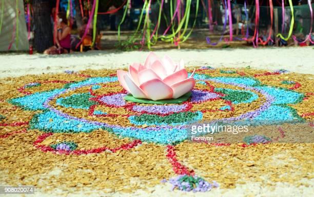"""ヴェーダ祭り""""vedalife""""の小さな色の岩から花のインスタレーション。フィルムで撮影します。 - film festival ストックフォトと画像"""